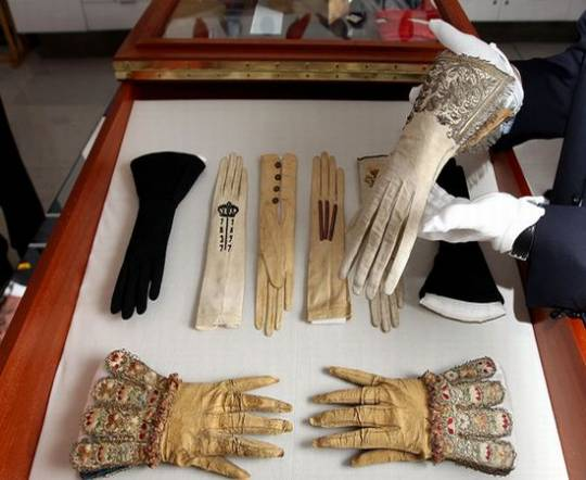 Queen Elizabeth 1 collection of royal gloves