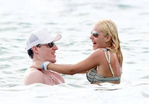 Elisha with her then boyfriend Dion Phaneuf  in Hawaii