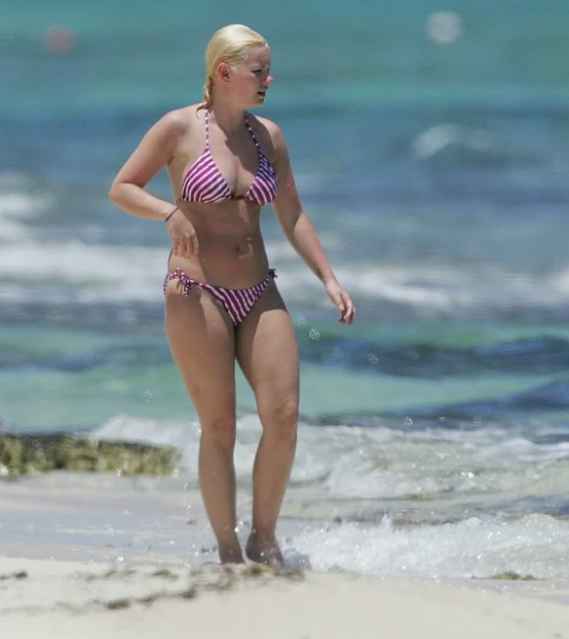 Elisha was spotted sunbathing at a sea beach in Cancun in the year 2010