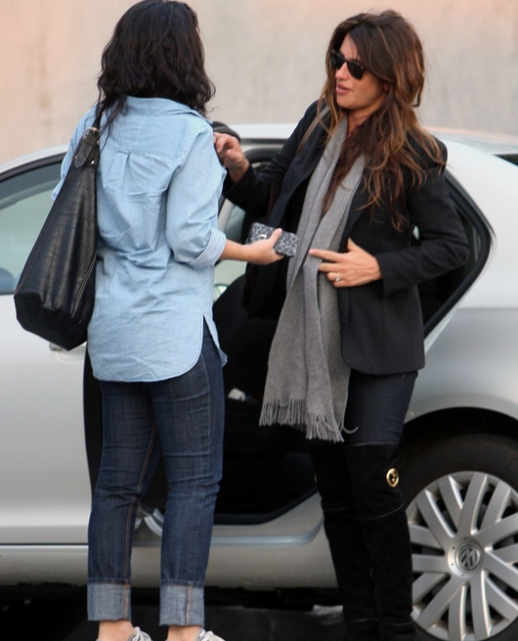 Spanish actress Penelope Cruz has been spotted stuffing her shopping bags at the back of her metallic silver colored Volkswagen Jetta.