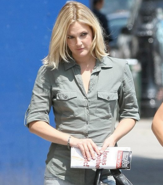 Barrymore felt comfortable wearing this designer cotton shirt during a shopping trip.