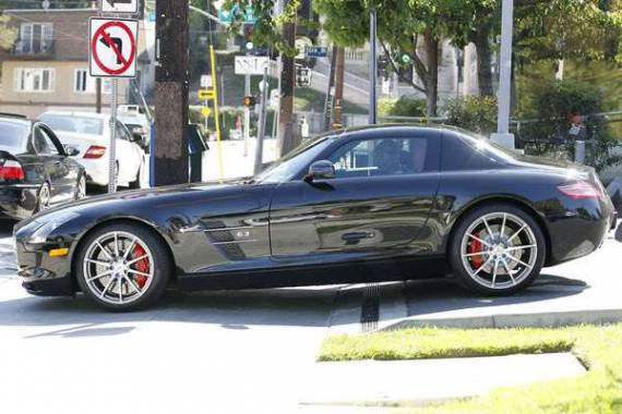 Eddie Murphy drives 	 Mercedes-Benz SLS
