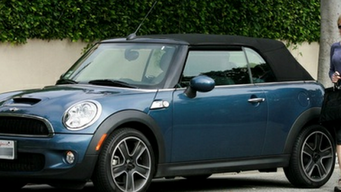 The gorgeously hot actress, Emma Stone owns a Mini Cooper