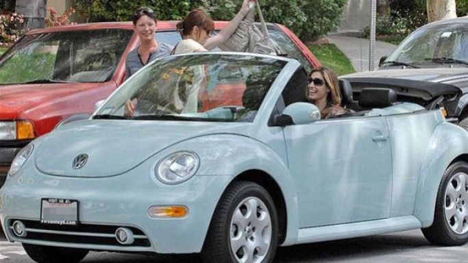 Kelly Brook drives Volkswagen Beetle Cabriolet