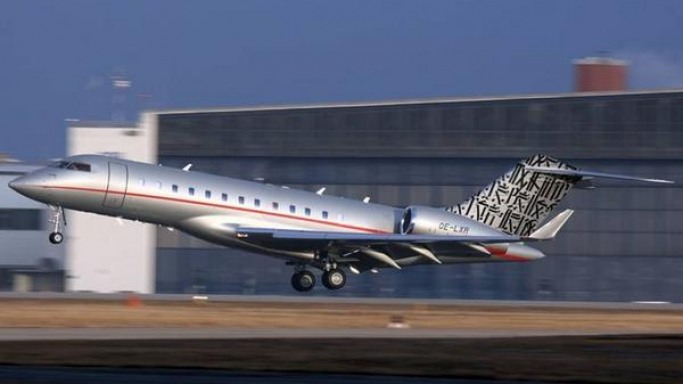 LA graffiti artist paints the tail of Bombardier Global Express XRS